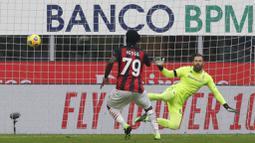 Pemain AC Milan, Franck Kessie, mencetak gol penalti ke gawang Fiorentina pada laga Liga Italia di Stadion San Siro, Minggu (29/11/2020). AC Milan menang dengan skor 2-0. (AP/Luca Bruno)