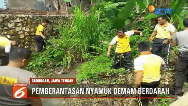 Polres Grobogan bersihkan saluran air agar nyamuk penyebab DBD tidak bersarang.