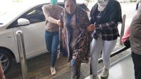 Rosalinda DPO kasus narkoba saat tiba di Bandara anpa Padang Mamuju (Foto: Liputan6.com/Istimewa)