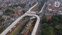 Foto udara suasana pembangunan jalan layang tapal kuda di kawasan Lenteng Agung, Jakarta, Rabu (5/8/2020). Pembangunan jalan layang itu untuk mengurai simpul kemacetan di perlintasan kereta api (KA) Lenteng Agung dan ditargetkan selesai pada Desember 2020. (Liputan6.com/Helmi Fithriansyah)