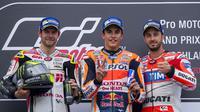Komposisi podium MotoGP Jerman 2016. Cal Crutchlow (kiri) dan Andrea Dovizioso kanan) mengapit juara Marc Marquez. (AFP/Robert Michael)