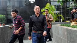 Pengusaha Jambi, Ahmad Jais usai menjalani pemeriksaan di Gedung KPK, Jakarta, Kamis (3/5). Ahmad Jais diperiksa sebagai saksi kasus gratifikasi sejumlah proyek di Provinsi Jambi. (Merdeka.com/Dwi Narwoko)