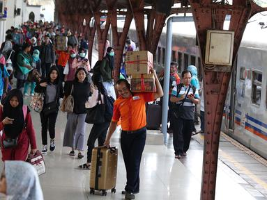 Penumpang kereta api Senja Utama tiba di Stasiun Pasar Senen, Jakarta Pusat, Sabtu (23/6). Pihak KAI memperkirakan arus balik Idul Fitri 1439 Hijriyah masih akan berlangsung hingga tanggal 26 Juni mendatang. (Liputan6.com/Immanuel Antonius)