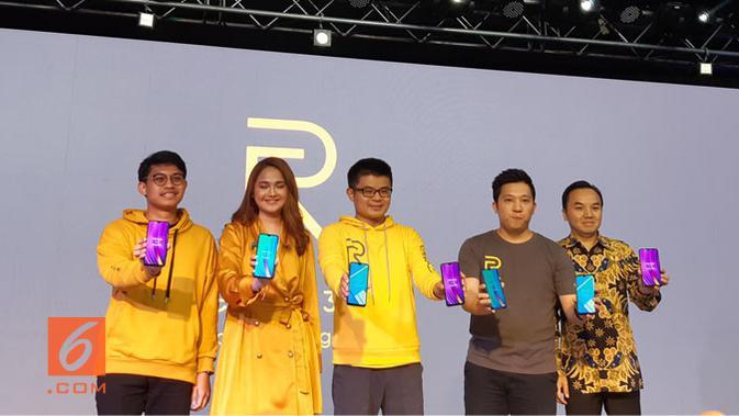 Peluncuran Realme 3 Pro oleh Marketing Director Realme SEA Joseph Wang (tengah) dan Product Manager Realme Indonesia Felix Christian (kedua kiri) didampingi brand ambassador Realme Indonesia. (Liputan6.com/ Agustin S. Wardani)