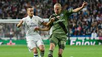 Gelandang Real Madrid Lucas Vazquez (kiri) beraksi pada laga Liga Champions melawan Legia Warsawa di Madrid, 18 Oktober 2016. (AFP/Pierre-Philippe Marcou)