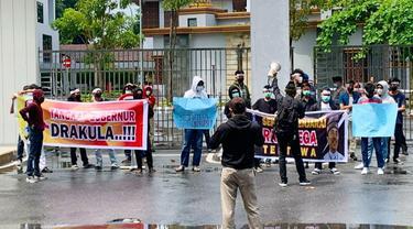 Demonstrasi mahasiswa di Kejati Riau terkait lambannya penanganan korupsi bansos Siak.