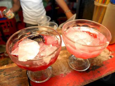 Es pocong di kawasan Depok ini sangat nikmat disajikan sebagai menu berbuka puasa, Kamis (3/7/14). (Liputan6.com/Miftahul Hayat)