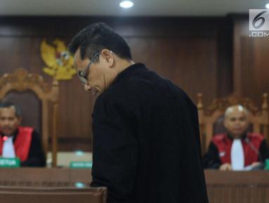 Terdakwa dugaan suap pemberian opini WTP pada laporan keuangan Kemendes PDTT, Rochmadi Saptogiri saat mengikuti sidang putusan di Pengadilan Tipokor, Jakarta, Senin (5/3). Rochmadi divonis hukuman tujuh tahun penjara. (Liputan6.com/Helmi Fithriansyah)