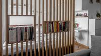 Rak buku sekaligus partisi ruangan apartemen karya Fiano. (dok. Arsitag.com)