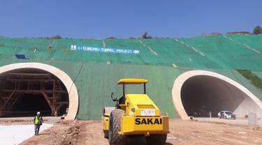 Tol Cisumdawu memiliki terowongan terpanjang di Indonesia.