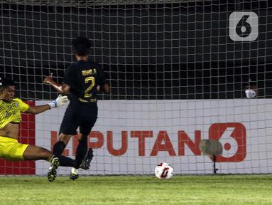 Pemain PSIS Semarang Riyan Ardiansyah (kanan) menendang bola ke gawang Arema FC yang membuahkan gol dalam pertandingan babak penyisihan Grup A Piala Menpora 2021 di Stadion Manahan, Solo, Selasa (30/3/2021). Arema FC kalah 2-3. (Bola.com/Ikhwan Yanuar)