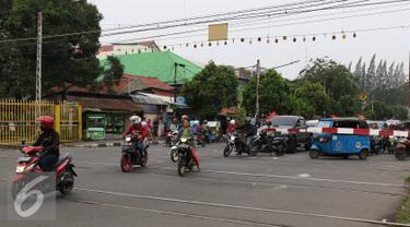Pemotor menerobos palang pintu perlintasan kereta di kawasan Kemayoran, Jakarta, Kamis (6/10). Selain membahayakan keselamatan, buruknya perilaku pemotor tersebut juga menjadi salah satu penyebab kemacetan. (Liputan6.com/Immanuel Antonius)