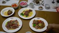 Pramusaji menyajikan hidang dari daging anjing  di restoran khusus anjing, Pyongyang House of Sweet Meat, Rabu (25/7). Masyarakat Korea percaya bahwa panas akan menyembuhkan panas sehingga mereka makan daging anjing saat cuaca panas. (AP/Dita Alangkara)