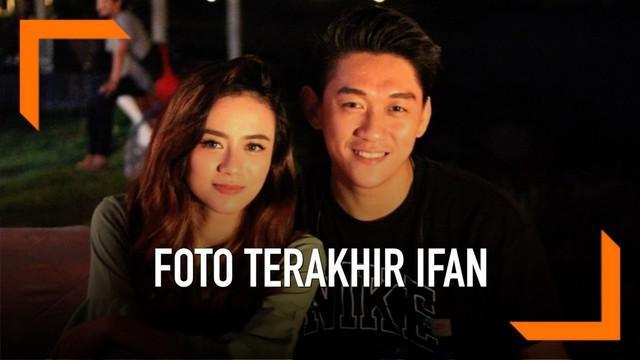 Ifan Seventeen menemukan foto terakhir bersama mendiang istrinya, Dylan Sahara. Foto tersebut diambil 20 menit sebelum tsunami menerjang.