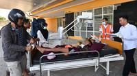 Seorang anak korban gempa Lombok mendapat perawatan medis di luar Rumah sakit Moh. Ruslan di Mataram,  Senin (6/8). Berdasarkan laporan sementara yang diterima BPBD NTB, korban meninggal akibat gempa Lombok sudah mencapai 89 orang. (AFP/ADEK BERRY)