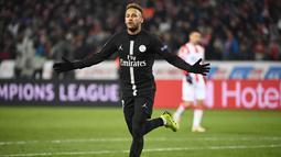 Neymar merayakan gol kedua PSG yang ia cetak pada menit ke-40 pada laga lanjutan Grup C Liga Champions yang berlangsung di stadion Rajko Mitic, Rabu (12/12). PSG menang 4-1 atas Red Star Belgrade. (AFP/Franck Fife)