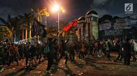 Mahasiswa dari berbagai kampus se Jabdetabek berunjuk rasa sambil melempar batu di depan Gedung DPR/MPR, Jakarta, Senin (23/9/2019). Mereka menolak pengesahan RUU KUHP dan revisi UU KPK. (Liputan6.com/JohanTallo)
