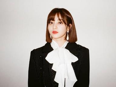 Memiliki nama lengkap Park Jihyo, Jihyo Twice lahir di Guri, Korea Selatan pada 1 Februari 1997. (Liputan6.com/IG/twicetagram)