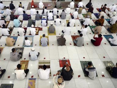 Pegawai pemerintahan Wali Kota Tangerang Selatan melaksanakan salat Idul Adha 1441 H di Masjid Al I'tishom, Kompleks Wali Kota Tangerang Selatan, Jumat (31/7/2020). Salat menerapkan physical distancing atau jaga jarak untuk mengantisipasi penularan COVID-19. (merdeka.com/Dwi Narwoko)