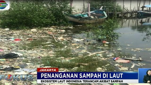 Sampah-sampah ini sebelumnya dibuang warga ke kali hingga akhirnya terbawa arus ke laut, lalu terseret ombak ke pinggir pantai dan hutan mangrove.