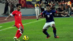 Pemain Malaysia, Shahdan Sulaiman (kiri) berusaha keluar dari kawalan Pemain Malaysia, Safee Sali (kanan) dalam Laga Piala AFF Suzuki 2012 di Stadion Bukit Jalil, Kuala Lumpur, Malaysia, minggu 25 November 2012. pertandingan berakhir 0-3 untuk Singapura.