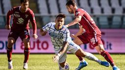 Pada menit ke-61, wasit memberikan hadiah penalti kepada Inter Milan usai mendapati bek Torino, Armando Izzo, melanggar Lautaro Martinez secara sengaja di kotak terlarang. (Foto: AFP/Marco Bertorello)