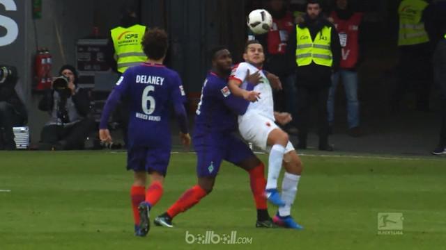 Berita video striker Augsburg, Raul Bobadilla, melakukan assist dengan scorpion kick dan mencetak gol. This video presented by BallBall.
