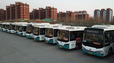 Foto udara 14 Januari 2020, bus-bus listrik di Wilayah Laixi di Qingdao, Provinsi Shandong, China. Untuk mengurangi emisi karbon dan melestarikan lingkungan, Wilayah Laixi telah mengonversi seluruh bus umum yang dimilikinya menjadi 116 bus listrik di area perkotaan sejauh ini. (Xinhua/Ding Hongfa)