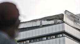 Warga melihat kondisi atap Gedung Lembaga Sensor Film (LSF) yang ambruk di Jalan MT Haryono, Jakarta, Rabu (7/10/2020). Atap Gedung LSF dari lantai 8 dan 9 ambruk dan menimpa mobil di bawahnya, beruntung tidak ada korban jiwa dalam kejadian tersebut. (merdeka.com/Iqbal S. Nugorho)
