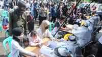 Sejumlah wisatawan antre mengikuti rapid test di kawasan Gadog, Bogor, Jawa Barat, Kamis (29/10/2020. Pemkab Bogor mewajibkan wisatawan yang mengunjungi kawasan Puncak dan sekitarnya untuk mengikuti rapid test untuk mencegah penyebaran COVID-19. (merdeka.com/Arie Basuki)