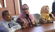 Komisioner KPAI Retno Listyarti (ketiga kiri) memberi keterangan terkait kasus dugaan perisakan terhadap anak tersangka pengguna sabu NN di Jakarta, Selasa (23/7/2019). Bersama perwakilan sekolah, KPAI membantah kasus dugaan perisakan yang menimpa anak tersebut. (Liputan6.com/Helmi Fithriansyah)