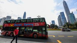 uah bus wisata terlihat di Shenzhen, Provinsi Guangdong, China selatan (22/10/2020). Shenzhen pada Kamis (22/10) meluncurkan tiga jalur bus wisata bagi wisatawan, yang masing-masing menampilkan budaya, teknologi, dan pemandangan malam kota tersebut. (Xinhua/Mao Siqian)