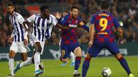Striker Barcelona, Lionel Messi, berusaha melewati pemain Real Valladolid pada laga La Liga 2019 di Stadion Camp Nou, Selasa (29/10). Barcelona menang 5-1 atas Real Valladolid. (AP/Joan Monfort)