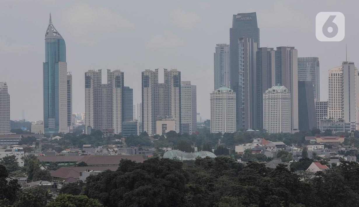 """Deretan gedung bertingkat tersamar kabut polusi udara di Jakarta, Selasa (20/4/2021). Berdasarkan data """"World Air Quality Index"""" pada Selasa (20/4) pukul 10.00 WIB tingkat polusi udara di Jakarta berada pada angka 174. (Liputan6.com/Johan Tallo)"""
