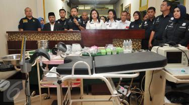 Reskrimsus Polda Metro Jaya memberikan keterangan usai menggerebek dua buah klinik aborsi ilegal di kawasan Cikini, Jakarta, Rabu (24/2). Sebanyak 9 orang diduga pelaku diamankan dari klinik yang sudah beroperasi 5 tahun itu (Liputan6.com/Gempur M Surya)