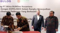 Menteri Pembangunan Desa Tertinggal, Eko Sandjojo bersama Menteri PPN/Bappenas Bambang Brodjonegoro menyaksikan Nota Kesepahaman dengan berbagai mitra strategis di Jakarta, Kamis (27/4). (Liputan6.com/Johan Tallo)