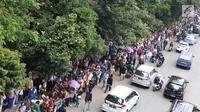 Antrean pengunjung untuk memasuki KAI Travel Fair 2017  mengular hingga ke jalan raya di lokasi acara, JCC Senayan, Jakarta, Sabtu (29/7). Mereka mengantre tiket kereta api diskon yang diselenggarakan oleh PT KAI. (Liputan6.com/Angga Yuniar)