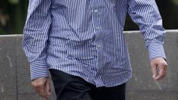 Mantan Direktur Utama PT Dirgantara Indonesia (Persero) atau PTDI Budi Santoso mendatangi Gedung KPK, Jakarta, Jumat (5/6/2020). Budi menjalani pemeriksaan penyidik KPK sebagai tersangka terkait dugaan korupsi penjualan dan pemasaran pesawat pada PTDI pada tahun 2007-2017. (merdeka.com/Dwi Narwoko)