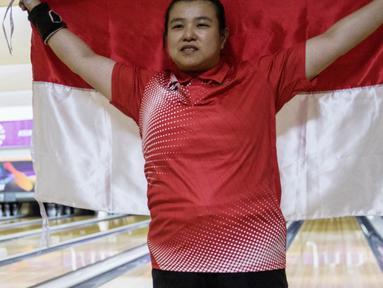 Atlet bowling Indonesia, Elsa Maris melakukan selebrasi usai meraih medali emas cabang tenpin bowling TPB 4 di Jaya Ancol Bowling Center, Jakarta, Selasa (9/10). Elsa Maris menyumbang medali emas keenam untuk Indonesia. (Bola.com/Vitalis Yogi Trisna)
