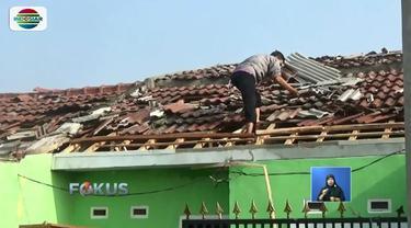 Warga Rancaekek, Kabupaten Bandung, mulai bergotong royong bersihkan puing bangunan ratusan yang rusak akibat diterpa angin puting beliung.