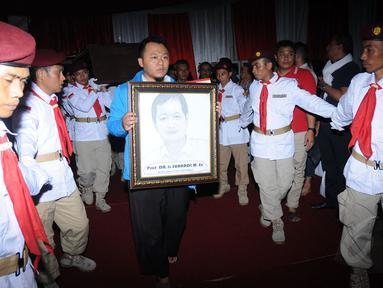 Jenazah Ketua Umum Partai Gerindra, Suhardi, disemayamkan di kantor DPP Partai Gerindra, Jumat dini hari, (29/8/2014). (Liputan6.com/Helmi Fithriansyah)
