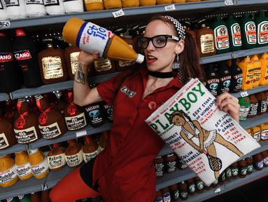 Perupa Inggris, Lucy Sparrow berpose di samping instalasi seni berjudul 'Sparrow Mart Supermarket' di hotel The Standard, Los Angeles, 10 Agustus 2018. Sparrow Mart diisi oleh 31.000 macam produk yang semuanya terbuat dari kain felt. (MARK RALSTON/AFP)