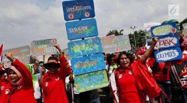 Masyarakat dari Presidium Rakyat Menggugat melakukan demo di depan Gedung MPR/DPR, Senayan, Jakarta, Jumat (23/3). Dalam aksinya mereka menuntut Penolakan UU No. 2/2018 tentang MD3 terkhusus pada pasal 73;122;245. (Liputan6.com/Johan Tallo)