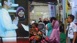 Warga mengantre untuk mendapatkan Kartu Lansia Jakarta (KLJ) di Kelurahan Tanah Tinggi, Jakarta, Selasa (8/5). Para lansia penerima KLJ mendapatkan uang tunai sebesar Rp 600 ribu setiap bulan. (Merdeka.com/Imam Buhori)