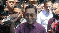 Wakil Presiden ke-11 Republik Indonesia, Boediono bersiap meninggalkan Gedung KPK setelah menjalani pemeriksaan, Jakarta, Kamis (15/11). Boediono hari ini menjalani pemeriksaan dalam penyelidikan kasus korupsi Bank Century. (Merdeka.com/Dwi Narwoko)