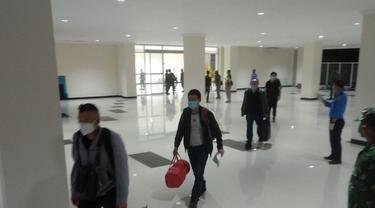 TKA China saat masuk di Bandara hiu Oleo Kendari, Selasa (23/6/2020).(Liputan6.com/Ahmad Akbar Fua)