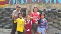 Pak Eko bersama anak-anak yang suka mengucapkan Masoook Pak Eko di video yang viral (DIDA TENOLA/JAWA POS)