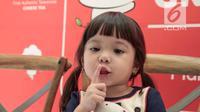 Gaya anak selebritas Gisella Anastasia, Gempita Nora Marten saat menghadiri pembukaan stan produk minuman di Jakarta, Jumat (23/3). Gisel mengaku sedih jika bekerja tidak dengan Gempi. (Liputan6.com/Faizal Fanani)