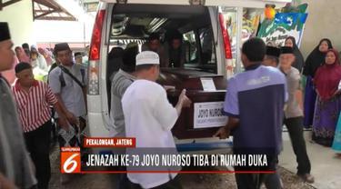 Jenazah korban Lion Air JT 610 ke-79 yang berhasil diidentifikasi, Joyo Nuroso, tiba di rumah duka di Pekalongan, Jawa Tengah.
