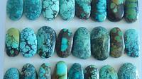 Batu berwarna biru kehijauan yang laris di jual secara daring. (dok. laman Ali Express)